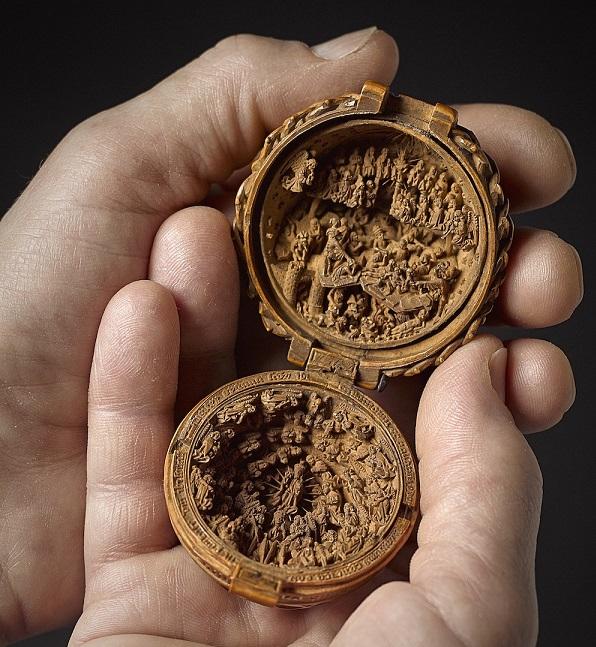 Περίπλοκα μικροσκοπικά ξύλινα γλυπτά