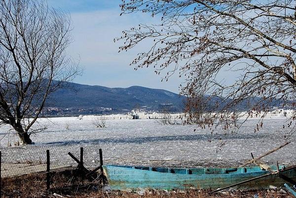perierga.gr - Η παγωμένη λίμνη Δοϊράνη!