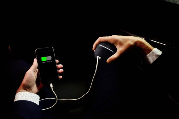 Perierga.gr-Πρωτοποριακή συσκευή φόρτισης χρησιμοποιεί την ενέργεια του σώματός μας