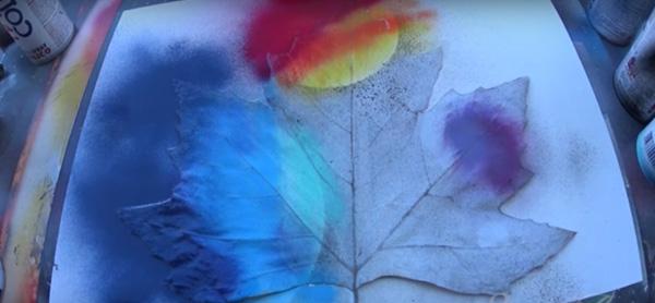 Perierga.gr-Εκπληκτική ζωγραφική με σπρέι πάνω σε φύλλα