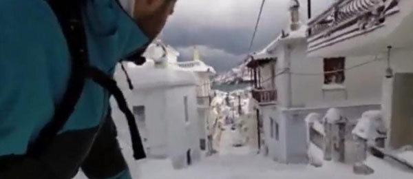 Perierga.gr-Σνόουμπορτ στα χιονισμένα σοκάκια της Σκοπέλου