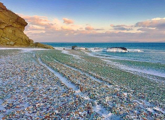 "perierga.gr - Χωματερή μπουκαλιών έγινε ""γυάλινη παραλία"""