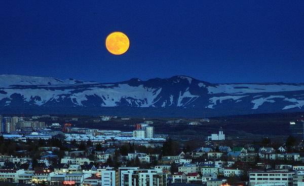 perierga.gr - Η Ισλανδία κάτω από την πανσέληνο!