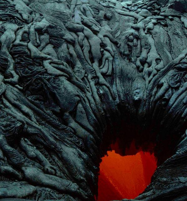 perierga.gr - Παράξενος σχηματισμός λάβας που θυμίζει ανθρώπινα σώματα!