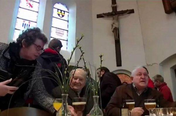 perierga.gr - Εκκλησία μετατρέπεται σε μπαρ μετά την κυριακάτικη λειτουργία!