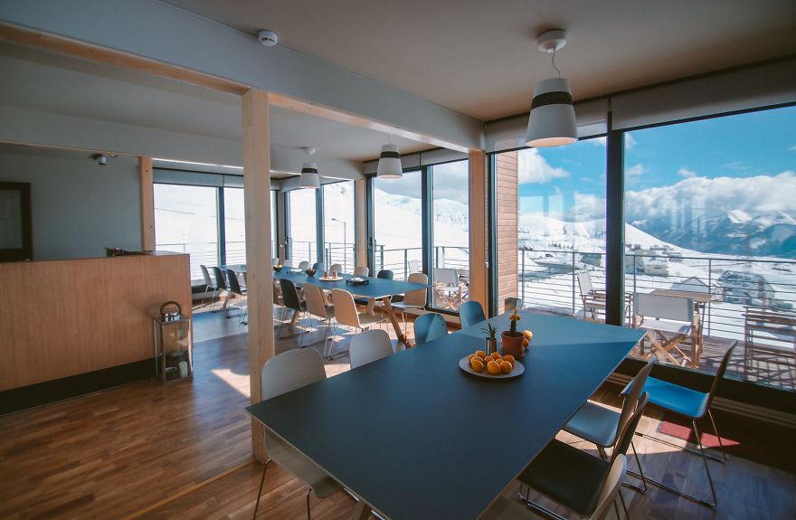 perierga.gr - Ξενοδοχείο από κοντέινερ εμπνέεται στον σχεδιασμό από το βουνό