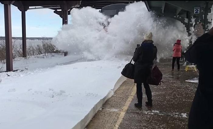 Perierga.gr - Τρένο μπαίνει σε σταθμό γεμάτο χιόνι