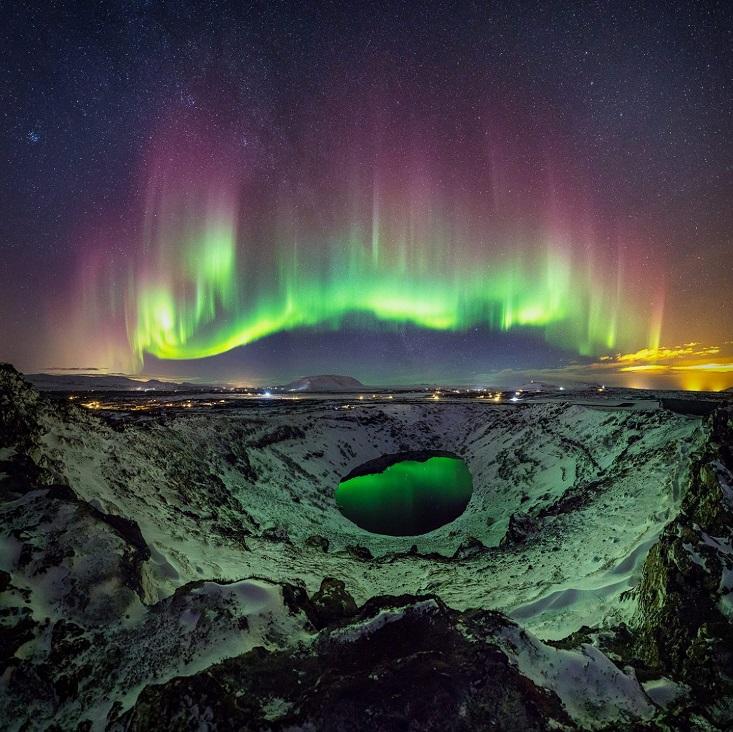 perierga.gr - Το Βόρειο Σέλας αντανακλάται πάνω σε μια λίμνη ηφαιστείου!