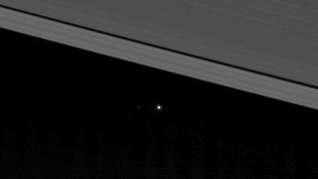 perierga.gr - Η Γη όπως φαίνεται μέσα από τους δακτυλίους του Κρόνου!