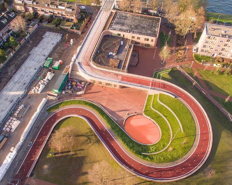perierga.gr - Γέφυρα γίνεται ποδηλατόδρομος και περνά από οροφή σχολείου!