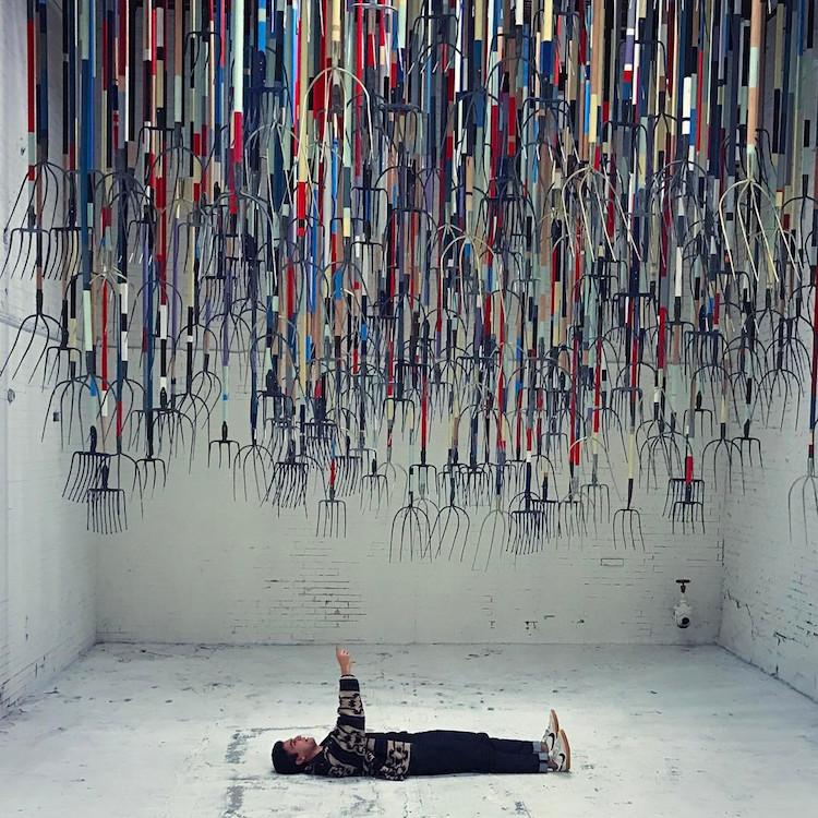 perierga.gr - Καλλιτέχνης καλεί τους επισκέπτες να μείνουν κάτω από... τσουγκράνες!
