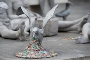 Γλυπτό για την ανάγκη μείωσης των πλαστικών που πέφτουν στη θάλασσα