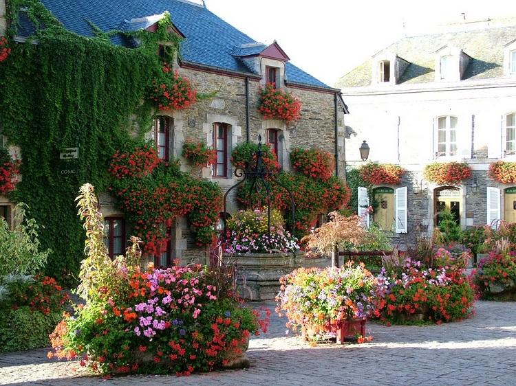 perierga.gr - Rochefort-en-Terre: Πανέμορφο... ανθισμένο χωριό!