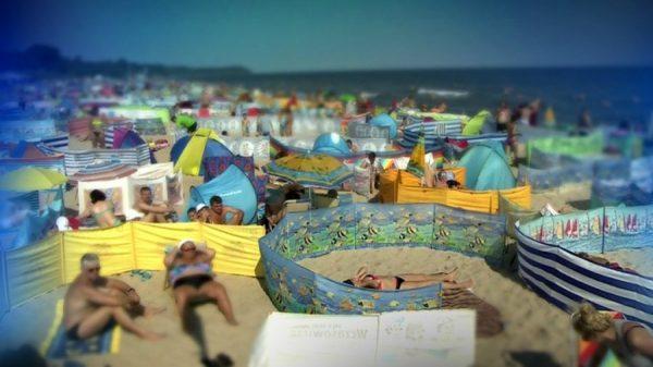 perierga.gr - Διαχωριστικό χώρου - Μια παράξενη συνήθεια στις παραλίες της Πολωνίας!