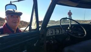 Αγρότης έθαψε το... πιστό φορτηγό του μετά από 48 χρόνια υπηρεσίας!