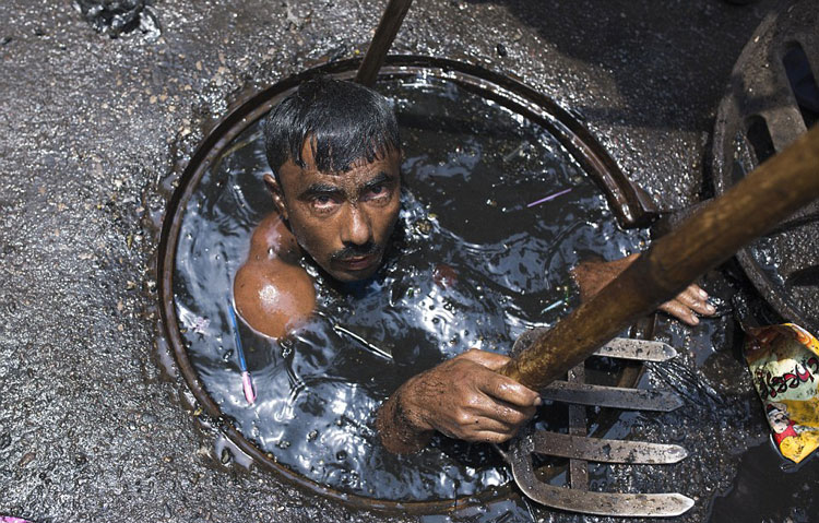 perierga.gr - Αυτός ο άνθρωπος έχει μάλλον τη χειρότερη δουλειά στον κόσμο!