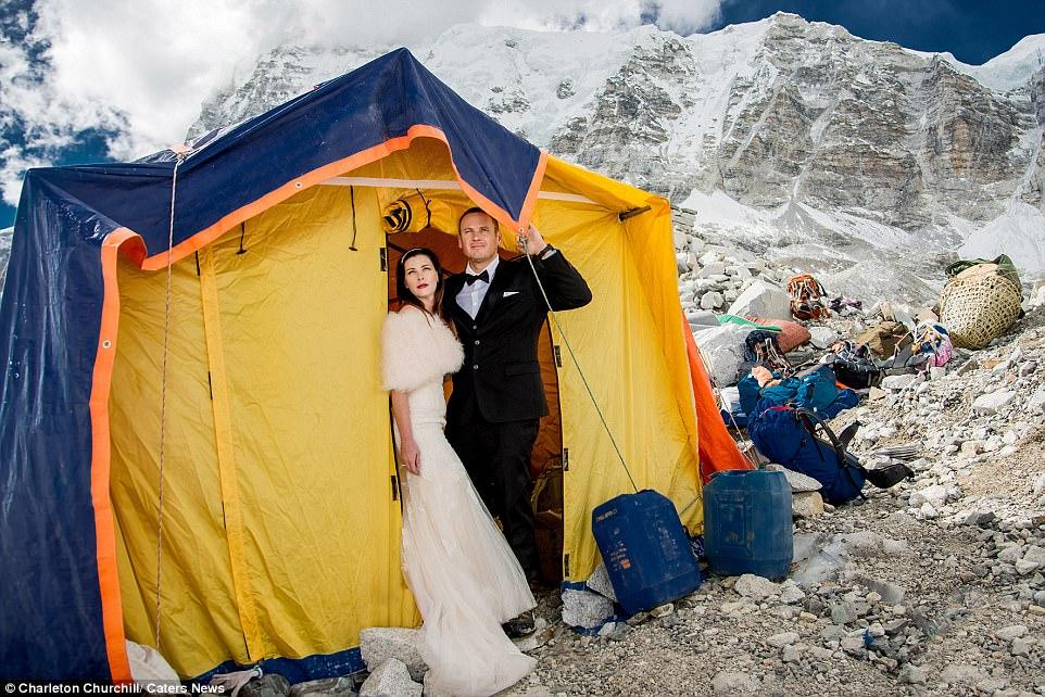 perierga.gr - Ζευγάρι παντρεύτηκε στην κορυφή του Έβερεστ μετά από ανάβαση 3 εβδομάδων!