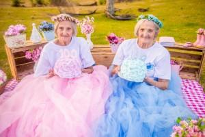 100χρονες δίδυμες γιορτάζουν τα γενέθλιά τους σαν... κοριτσάκια!