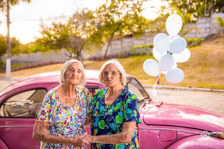 perierga.gr - 100χρονες δίδυμες γιορτάζουν τα γενέθλιά τους σαν... κοριτσάκια!