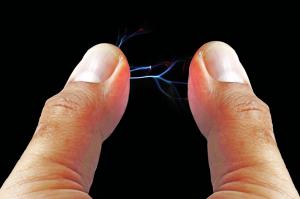 Επιστήμονας ρίσκαρε για να δείξει ότι το ανθρώπινο σώμα αντέχει 71.000 Volt