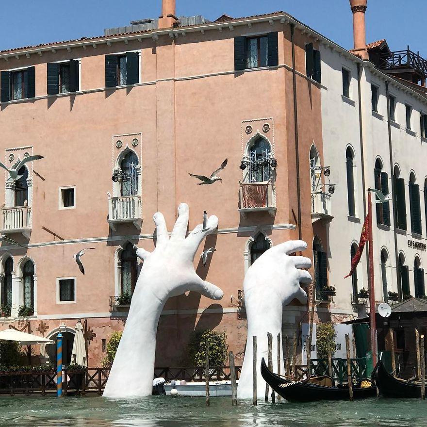 Τεράστια χέρια αναδίνονται από τα νερά της Βενετίας...