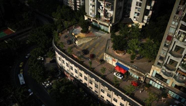 perierga.gr - Πενταώροφο κτήριο στην Κίνα έχει... δρόμο στην ταράτσα!