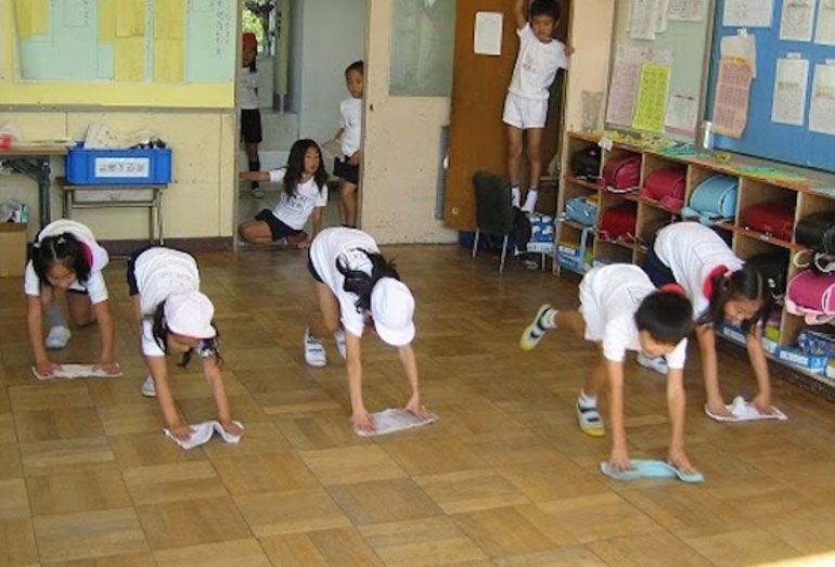 Perierga.gr - Στην Ιαπωνία το σχολείο το καθαρίζουν οι μαθητές!