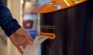 """""""Έξυπνα"""" μηχανήματα τυπώνουν ιστορίες για τους επιβάτες που περιμένουν..."""