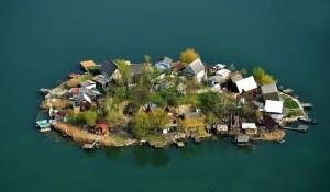 Όμορφα νησάκια σε λίμνη δημιουργούν υπέροχες εικόνες!