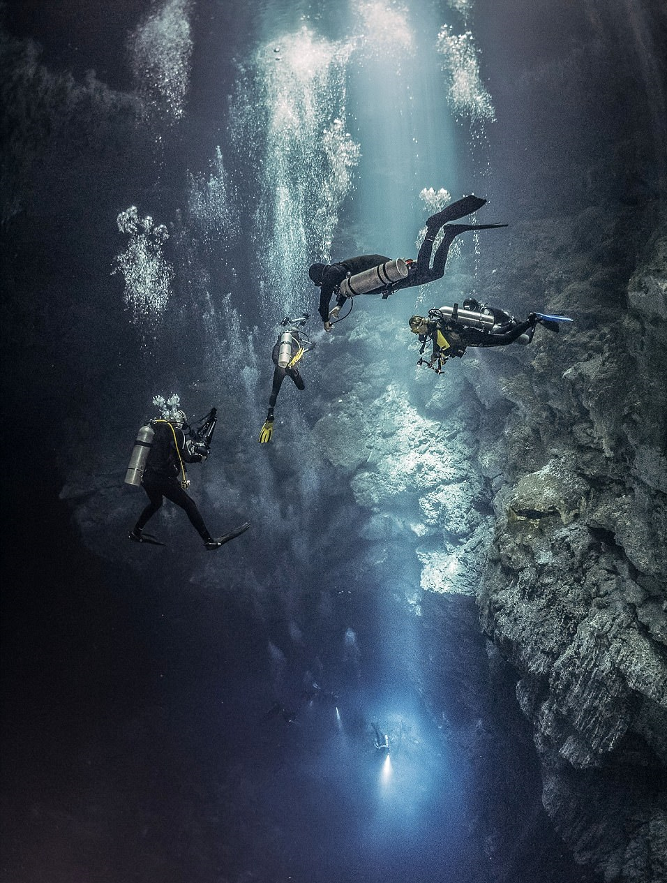 perierga.gr - Δύτες κολυμπούν στο... φως!
