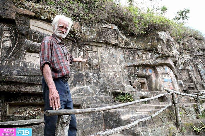 perierga.gr - Αφιέρωσε 40 χρόνια στο σκάλισμα ενός βράχου και το αποτέλεσμα είναι εντυπωσιακό!