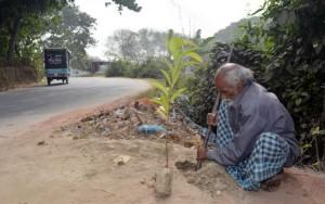 Ένας φτωχός άνθρωπος στο Μπαγκλαντές φυτεύει ένα δέντρο κάθε μέρα !