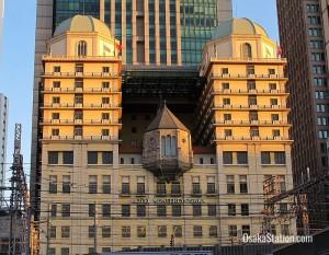 Μεσαιωνικού τύπου παρεκκλήσι στην πρόσοψη ξενοδοχείου!