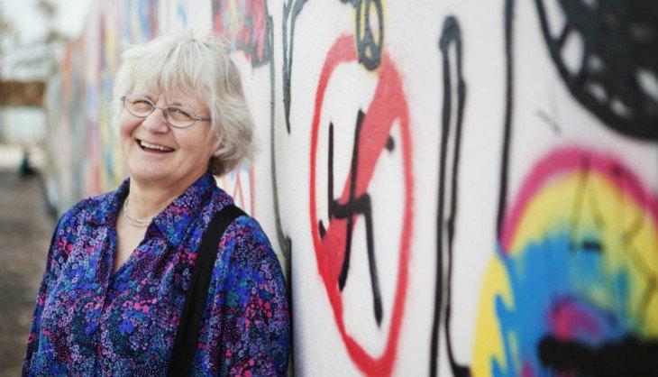 perierga.gr - 72χρονη καθαρίζει τοίχους από υβριστικά μηνύματα εδώ και 31 χρόνια!