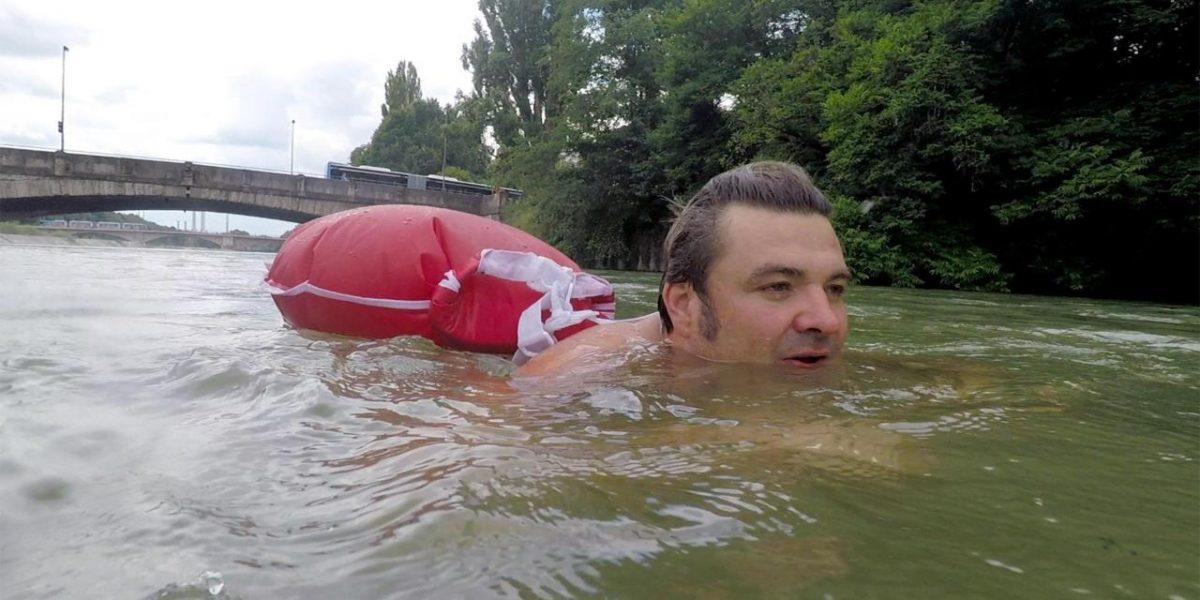 perierga.gr - Κολυμπάει κάθε μέρα 2 χλμ. για να πάει στη δουλειά του!