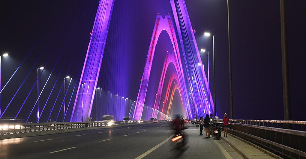 perierga.gr - Γέφυρα στο Ανόι μεταμορφώνεται σε ένα φωτισμένο έργο τέχνης!