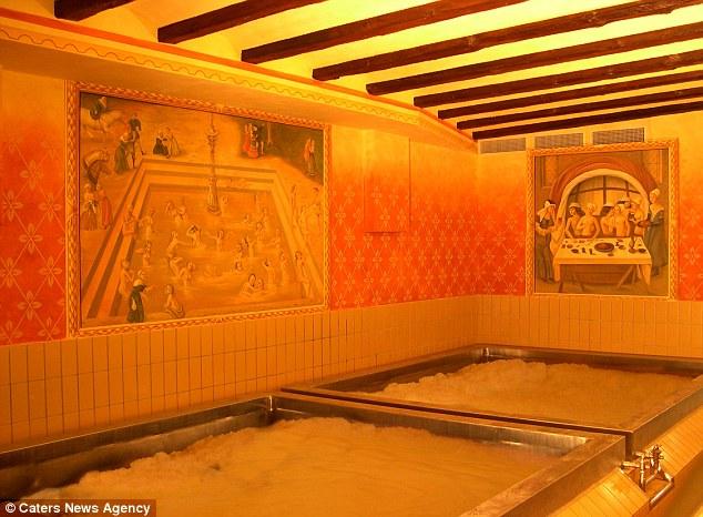 "perierga.gr - Βουτιά σε μια καυτή ""πισίνα""... γεμάτη μπύρα!"