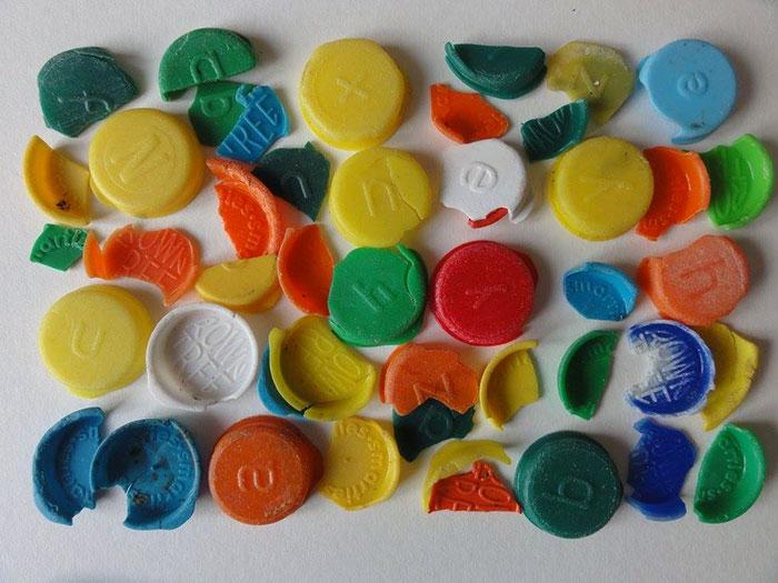 perierga.gr - Καλλιτέχνης μετατρέπει τα σκουπίδια της παραλίας σε τέχνη