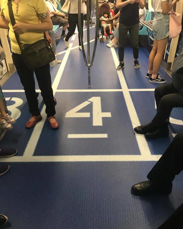 perierga.gr - Τα πατώματα των ΜΜΜ στην Ταϊπέι θυμίζουν αθλητικούς χώρους!