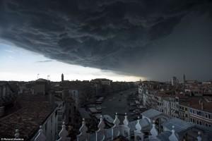 Τεράστια σύννεφα πάνω από τη Βενετία δημιουργούν απόκοσμες εικόνες!