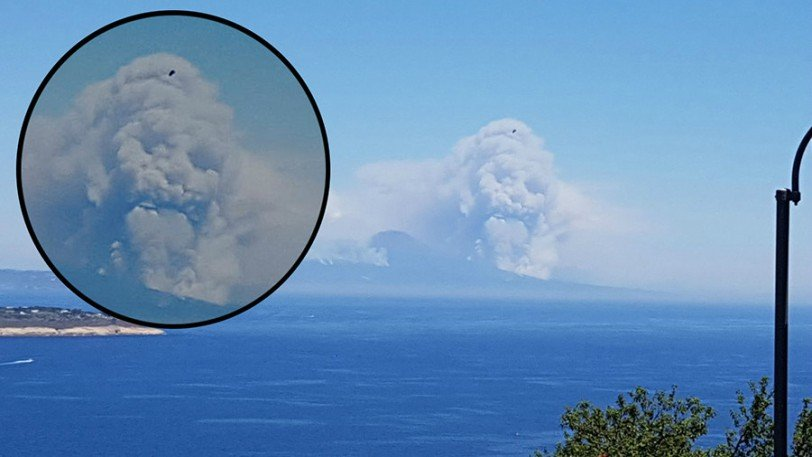 perierga.gr - Σύννεφο καπνού από τον Βεζούβιο μοιάζει με ανθρώπινο πρόσωπο!