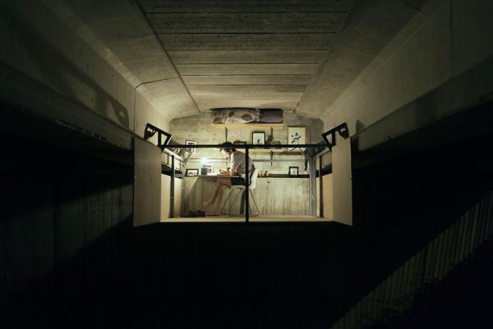 perierga.gr - Σχεδιαστή φτιάχνει το γραφείο του κάτω από γεφυρα