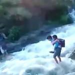 Παιδιά κινδυνεύουν από τα ορμητικά νερά για να πάνε στο σχολείο!