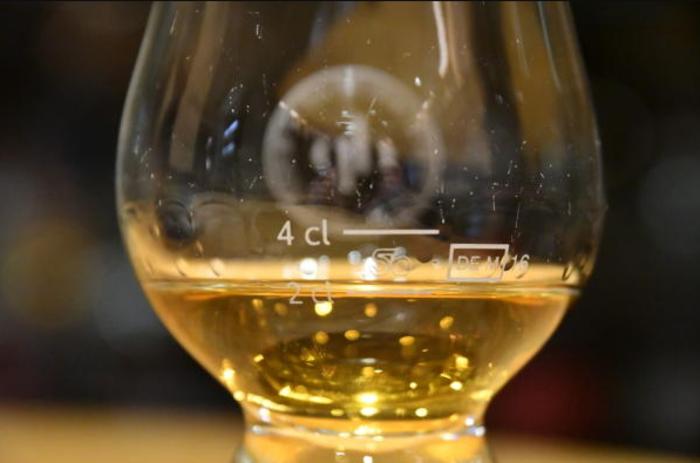 perierga.gr - Σχεδόν 9.000 ευρώ για ένα ποτήρι ουίσκι!