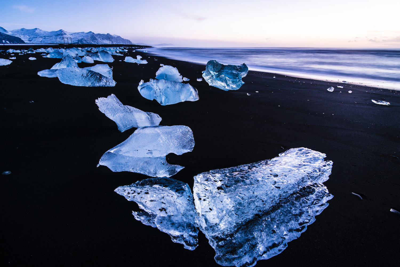 perierga.gr - Παραλία με μαύρη άμμοκαι κομμάτια πάγου!