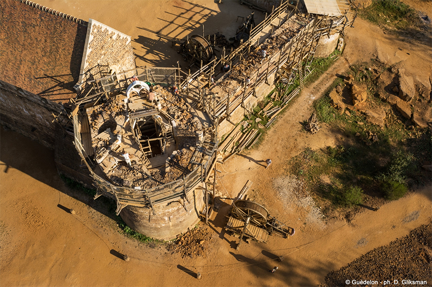 perierga.gr - 20 χρόνια Γάλλοι κατασκευάζουν μεσαιωνικό κάστρο με τεχνικές της εποχής!