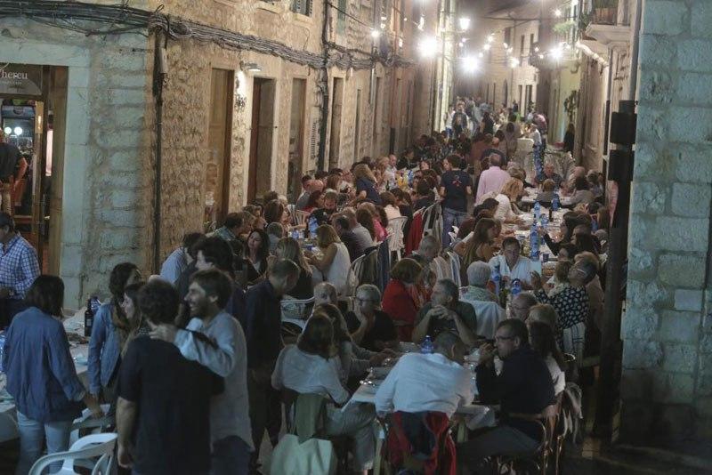 perierga.gr - Κάθε χρόνο οι κάτοικοι μιας ισπανικής πόλης τρώνε μαζί & διασκεδάζουν!