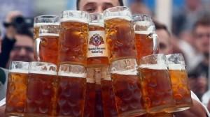 perierga.gr - Σερβιτόρος έσπασε το παγκόσμιο ρεκόρ μεταφοράς μπύρας