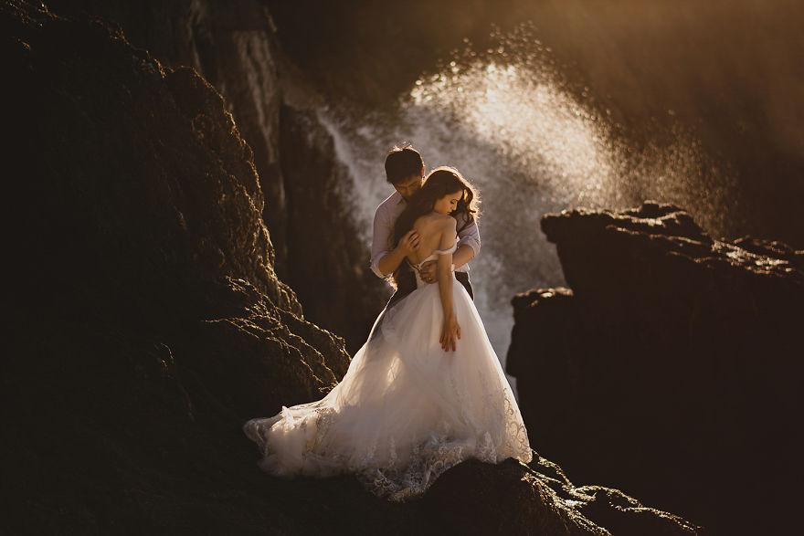 perierga.gr - Νιόπαντρα ζευγάρια ποζάρουν σε υπέροχες τοποθεσίες!