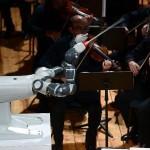 Ρομπότ... μαέστρος διευθύνει ορχήστρα!